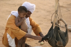 Mohamed give water to his son